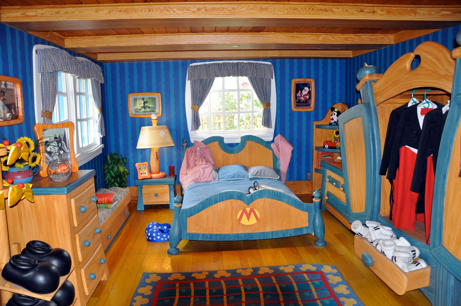 Smile of The Day: Inside Mickey Mouse's house