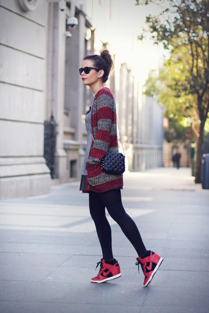 look con zapatillas y falda collage vintage