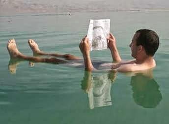 mengapung karena kadar garam yang tinggi di laut mati