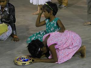 Crianças na India orando