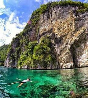 AKTIVITAS YANG DAPAT DILAKUKAN DI TELUK BANYU BIRU.   Terlepas dari perjuangan dari komunitas GEMURUH yang ingin menjaga keindahan pulau ini. Maka Anda juga bisa menikmati keindahan pulau ini dengan cara melakukan kegiatan diving, snorkeling, bermain ski air, berenang di laut, berkano ataupun berperahu.   Berenang Di Laut Teluk Banyu Biru    Dengan menilik dari kondisi geografi Banyu Biru yang terletak di area teluk, maka Teluk Banyu Biru ini akan membuat kita merasa sangat nyaman untuk melakukan kegiatan snorkling, hal ini juga di tambah dengan kondisi ombaknya cukup tenang dan juga terumbu karang yang masih dalam kondisi yang bagus.