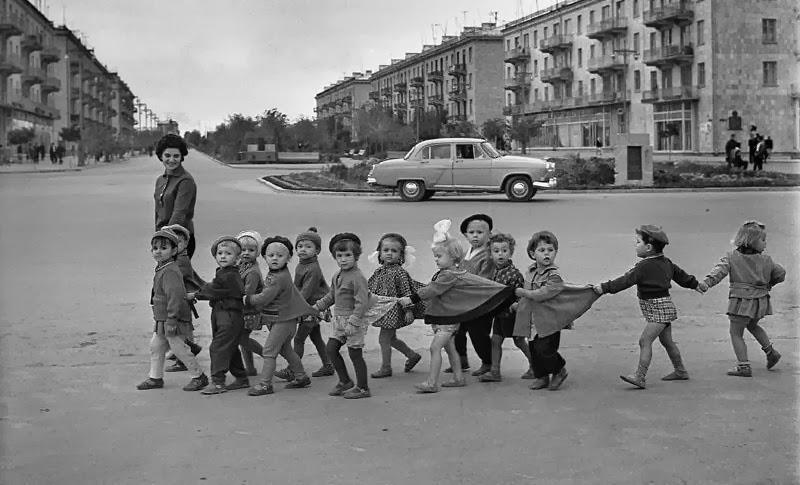 Παιδιά με την Νηπιαγωγό τους
