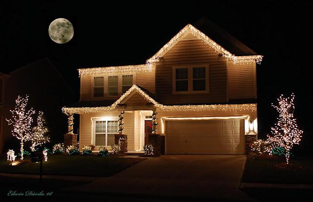 Una casa de dos plantas llenas de luces navideñas