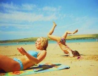 Hài hước với chị em trên biển!