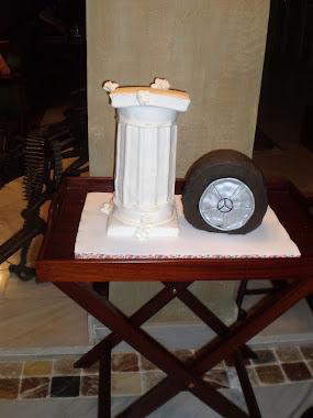 tarta con forma de columna y tarta con forma de neumático mercedes