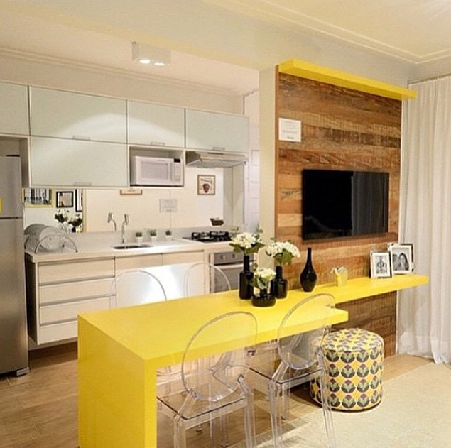 decoracao de cozinha integrada a sala de jantar: Incríveis de Cozinhas Pequenas Integradas ao Painel de TV da Sala