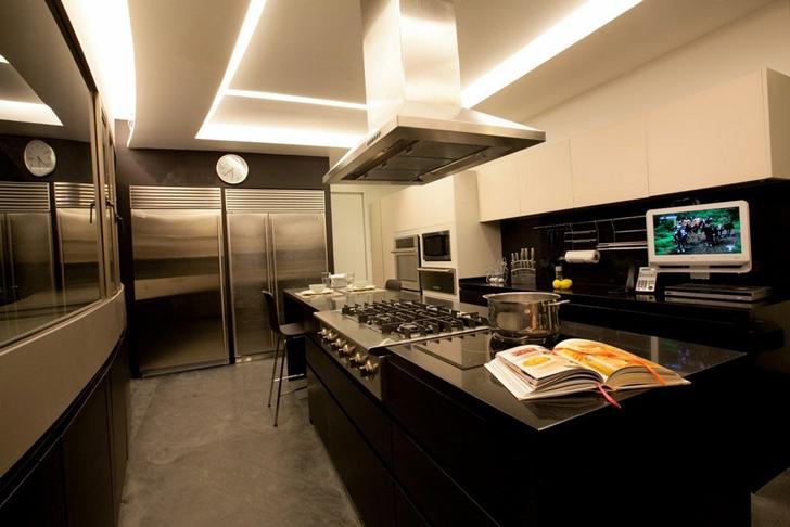 Black kitchen in Modern apartment by Craft Arquitectos