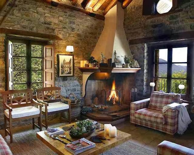 Ciekawie zaaranżowany salon w domu z kamienia