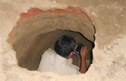 4 tên trộm đào hầm vào ngân hàng khoắng 77 thùng tiền