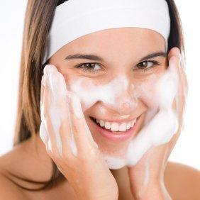 Pencuci muka berbuih banyak dan halus lebih baik untuk kulit anda
