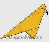 Bước 9: Gấp chéo cạnh tờ giấy xuống phía dưới.