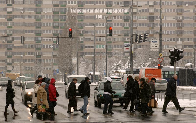Gyalogosok a zebrán a budapesti Örs vezér terén,a reggeli havazásban