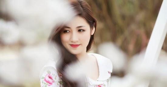 Á hậu Tú Anh bất ngờ lạnh lùng, sắc sảo