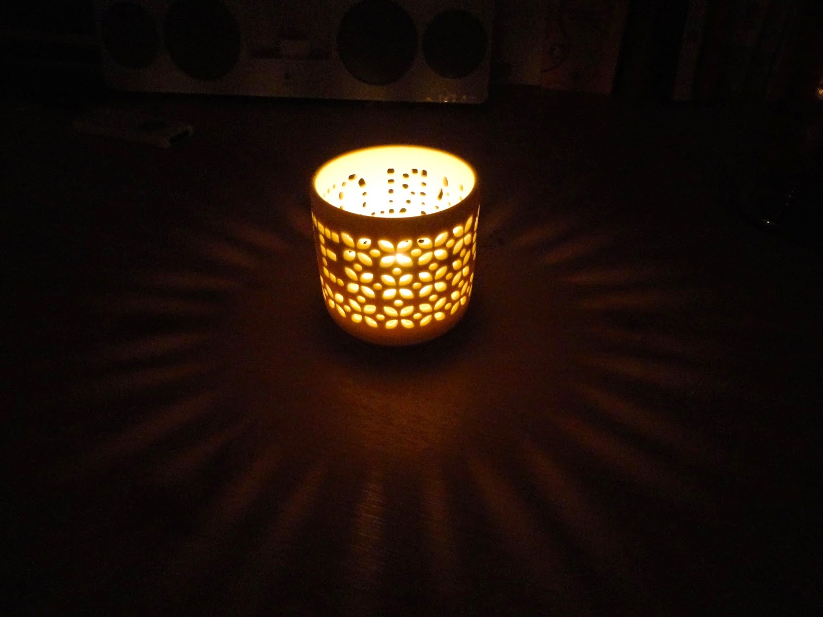 Tea light in white patterned ceramic candle holder