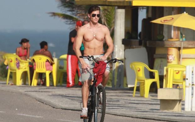Klebber Toledo andou de bicicleta na Orla do Rio