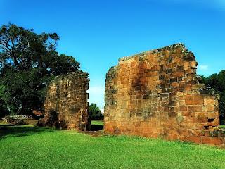 Ruínas da antiga igreja de São Nicolau.