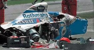 Ayrton Senna meninggal dunia akibat kecelakaan hebat di tikungan Tamburello saat memimpin balapan di GP San Marino di Sirkuit Imola bersama tim Williams pada 1 Mei 1994