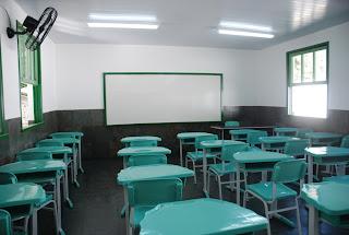Sala de aula com nova pintura e mobiliário
