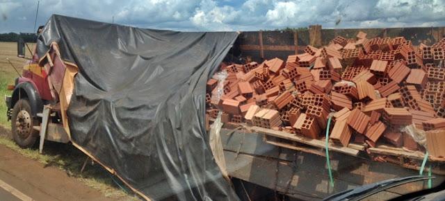Manoel Ribas: Carroceria de caminhão abre e espalha tijolos na pista. Uma caminhonete quase foi atingida!