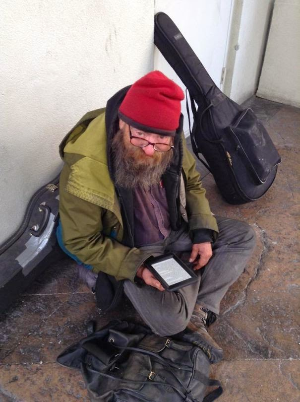 20+ Photos That Will Restore Your Faith In Humanity - This Homeless Man Was Seen Reading The Same Book Over And Over, So A Kind Man Gave Him A Kindle