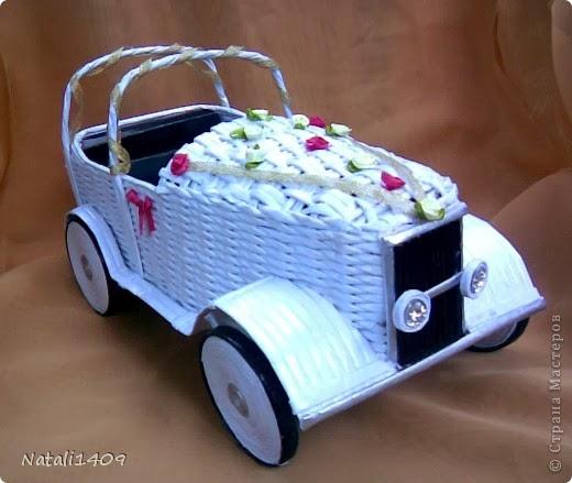 Ретро автомобиль в технике плетение из бумаги