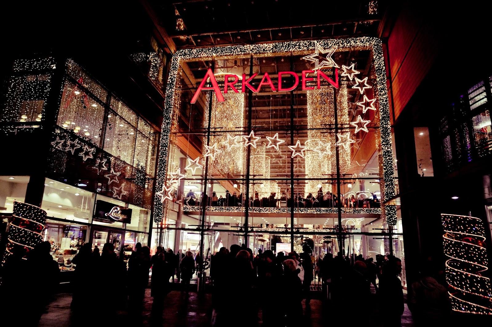 Berlin, centrum handlowe, świąteczne iluminacje, lody