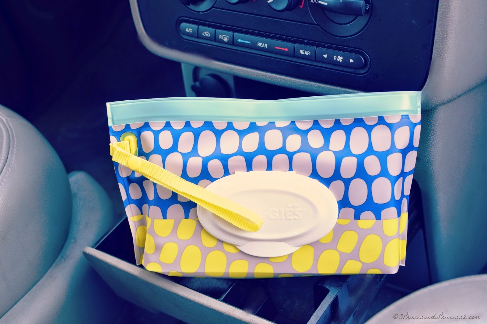 Loving these adorable stylish baby wipes, perfect for on the go! #HuggiesMomStyle #sp