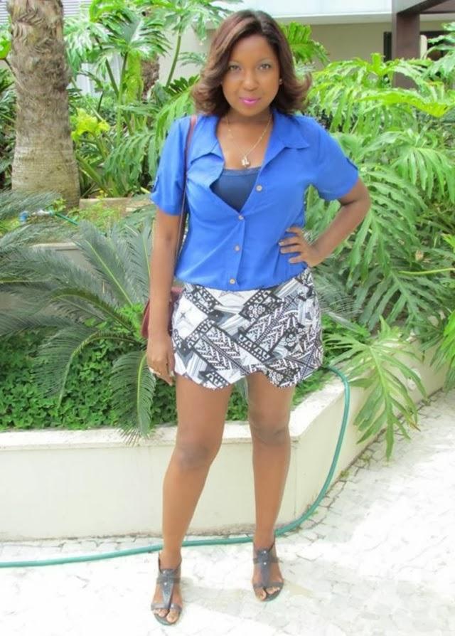/look-do-dia-blusa-azul-chifon-skitrt-short-saia-estampa-geometrica-+etnica-bolsa-vermelha-4