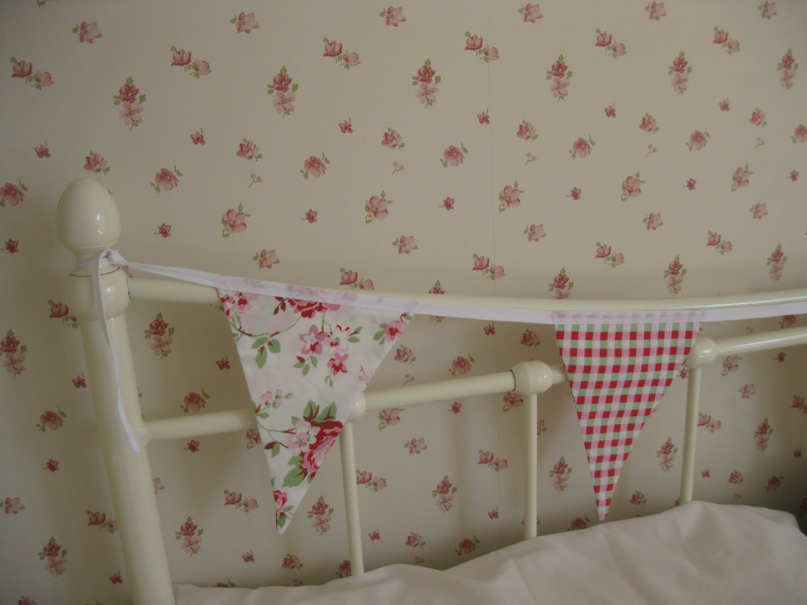 Laura Ashley Abbeville wallpaper (very ditsy and country cottage ...