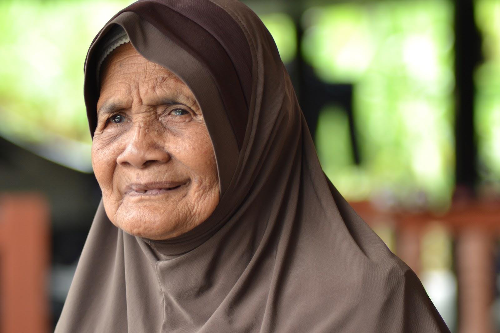 Bolehkah wanita tua berusia 70-an membuka wajah kepada bukan mahramnya?