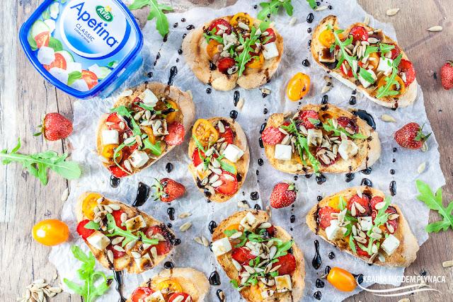 bruschetta z truskawkami i słodkim sosem balsamicznym, grzanka z truskawkami i sosem balsamico, danie z truskawkami, sałatka z truskawkami i serem, słodki sos balsamiczny, kraina miodem płynąca