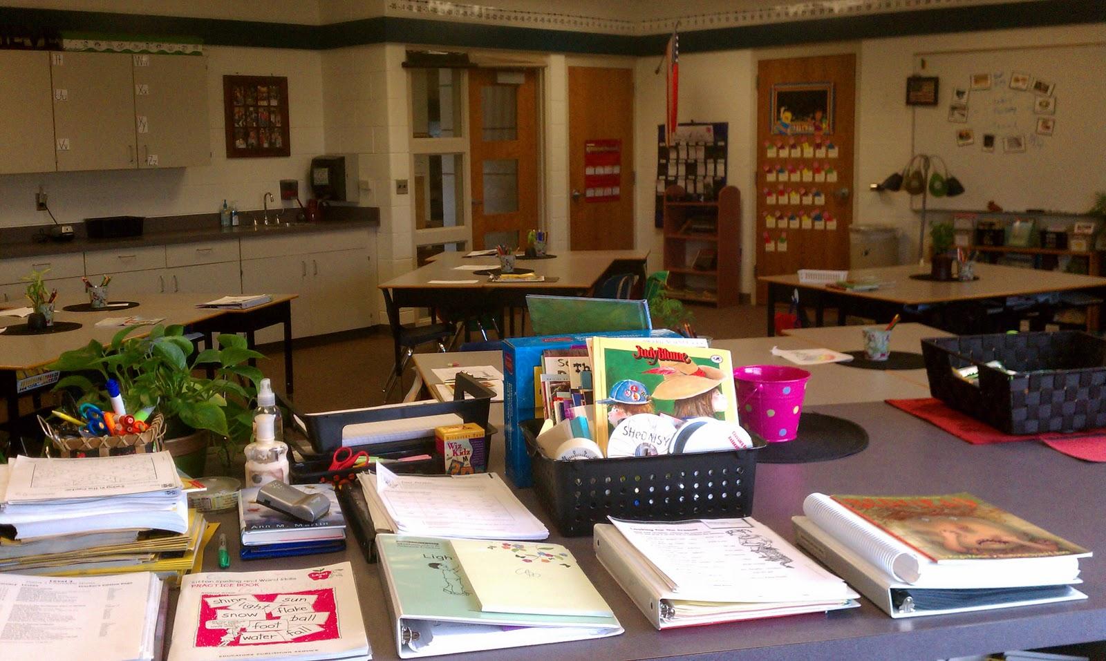 Thoughts of a third grade teacher daily organization - Classroom desk organization ...