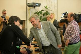 http://altoadige.gelocal.it/bolzano/foto-e-video/2015/05/24/fotogalleria/merano-il-nuovo-sindaco-paul-rosch-festeggia-1.11487142#1