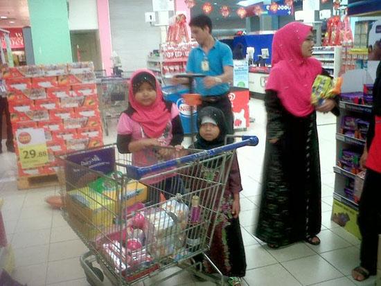 Nurkhatijah dan Nursyafiqah beli belah hasil bantuan orang ramai