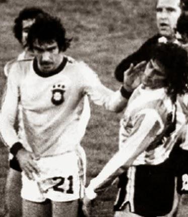 Jogador do Brasil, Chicão dando tapa na cara do argentino Mario Kempes.