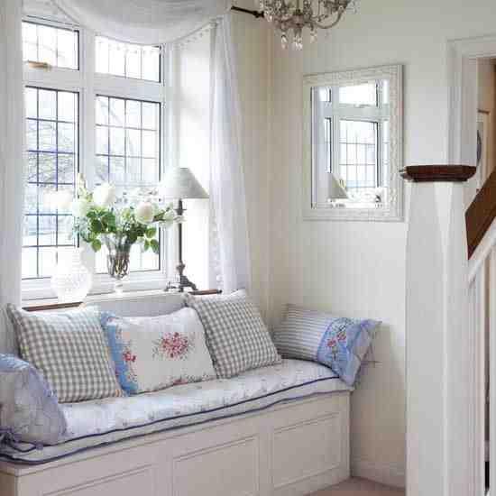 Białe wnętzra, białe meble, poduszki w kwiaty, wnętrze cottage, aranżacja shabby chic