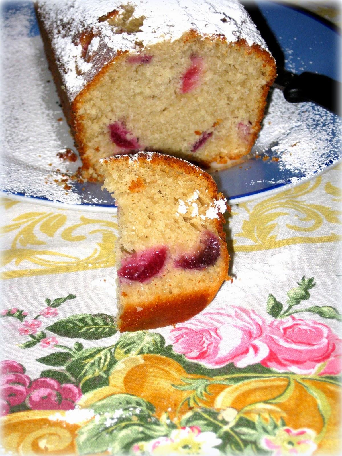Quella del plumcake con ciliege a pezzi è una ricetta buonissima. Un dolcino soffice e perfetto per la prima colazione.