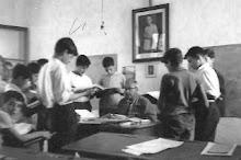 D.ENRIQUE CON ALUMNOS EN CLASE -MAYO 1965