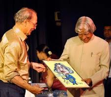ಡಾ.ಅಬ್ದುಲ್ ಕಲಾಮ್ ರವರಿಗೆ  ಅವರ ವ್ಯಂಗ್ಯ ಭಾವ ಚಿತ್ರ ಮತ್ತು ಪರಿಸರ ವ್ಯಂಗ್ಯಚಿತ್ರ ಸಂಕಲನವನ್ನು ನೀಡುತ್ತಿರುವುದು