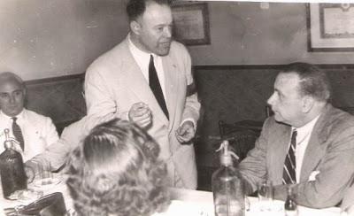 1951 - Visita del equipo lisboeta al local social del Club Ajedrez Ruy López Tívoli - El Dr. Mario Damas conversa con Vicente Almirall