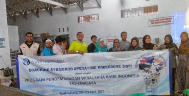 Bersama Peserta Coaching Sistemasi Bisnis Wira Usaha Bank Indonesia mengimplementasikan materi teori di GAPOKTAN Pengolahan Teh Hijau  Taraju Tasikmalaya