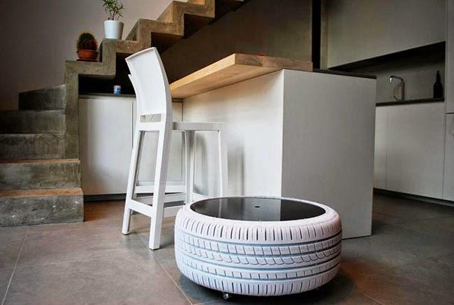 Mesa blanca con ruedas