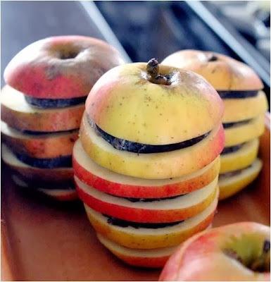 http://cuisinedetouslesjours.com/2013/11/14/mille-feuilles-de-pommes-cuites-et-andouille-de-guemene-embeurree-de-salade-chicoree/