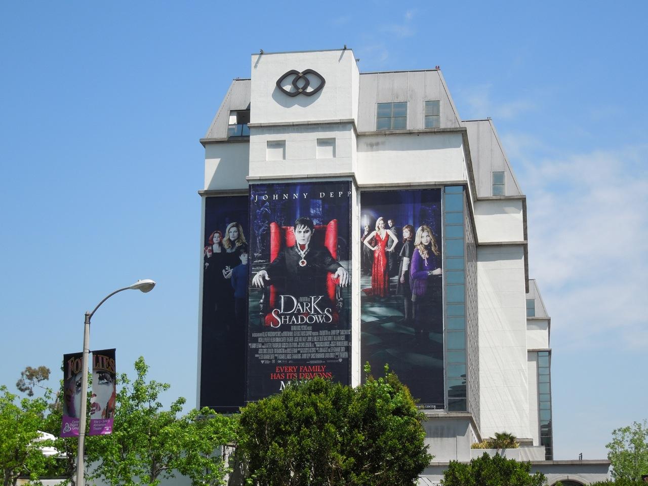 http://2.bp.blogspot.com/-QmARSUHqfgc/T5HthEPnQOI/AAAAAAAAqoE/aLwMENHvQOU/s1600/giant+dark+shadows+billboard.jpg