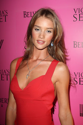 Rosie Huntington-Model Victoria Secreat Wallpaper red dress