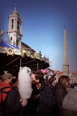 sullo sfondo la giostra, l'obelisco e il campanile della basilica di sant'agnese in agone