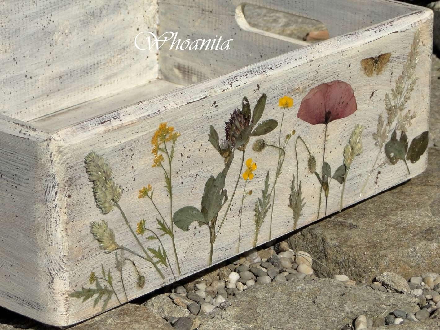 drewniana skrzynka z suszonymi kwiatami, decoupage