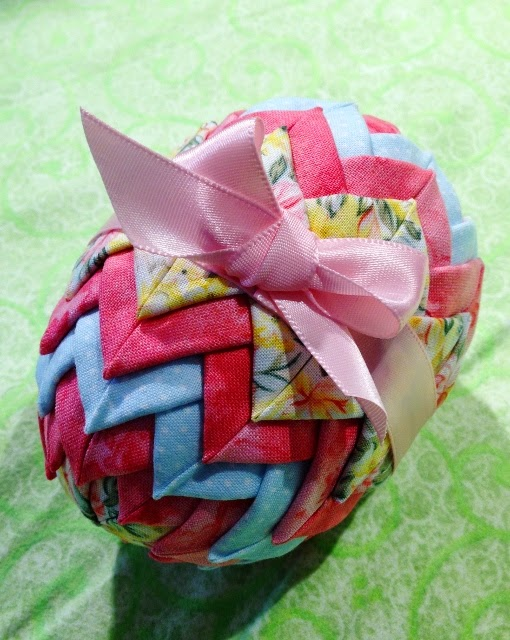 http://www.potholdersandpantyhose.com/2009/11/how-to-make-quilted-christmas-ornaments.html
