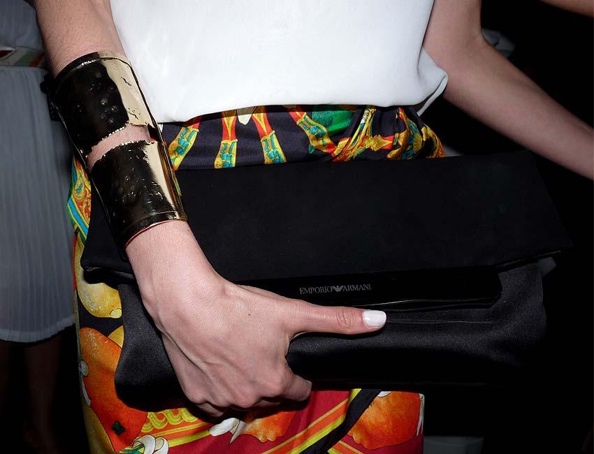 Vogue-Editor-in-chief-méxico-latin-america-Kelly-Talamas-street-style-colombiamoda-print-skirt-armani-black-clutch-gold-bracelet-como-una-aprición