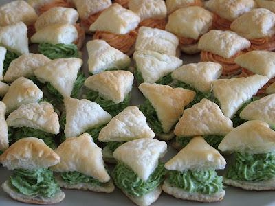Zielono-pomarańczowe przekąski z ciasta francuskiego